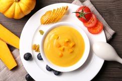 zupa na białym talerzu